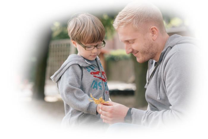 Betreuer mit Kind